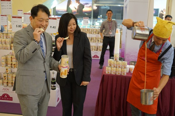 Haruki Nishikata, Foodline Director, AEON TOPVALU (M) Sdn Bhd and Audrey Lim, General Manager, Merchandising & Marketing, AEON CO. (M) Bhd enjoying a snack and a Teh Tarik demonstration at the Fair