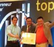 muhammad-syarizal-partner-from-ey-middle-presenting-the-technology-entrepreneur-nomination-to-ipay88-executive-directors-lim-kok-hing-left-and-chan-kok-long-right